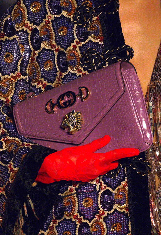 Thiết kế túi xách Rajah (Rajah trong tiếng Phạn có nghĩa là vị vua, hoàng tử) gây ấn tượng bởi hình đầu hổ tráng men được chạm trổ tinh xảo cùng họa tiết horsebit trứ danh của Gucci.