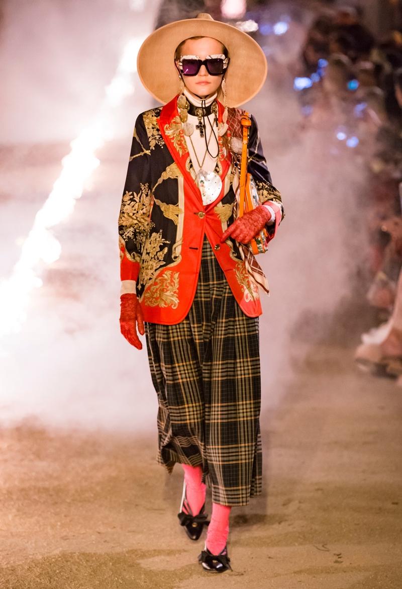 Thiết kế mang đậm dấu ấn của phong cách Gothic được ra mắt tại show diễn Cruise 2019 của Gucci được tổ chức ở khu nghĩa trang cổ Alyscamps, trong thành phố Arles ở Pháp.