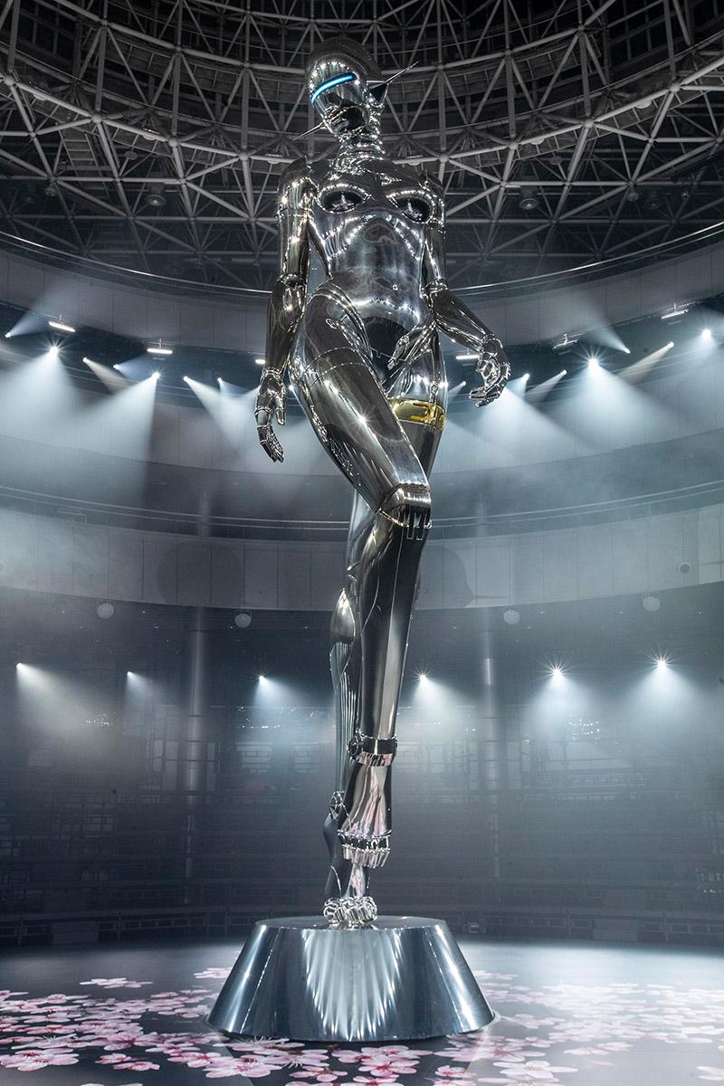 Tiêu điểm của sàn diễn show Chớm Thu 2019 của Dior Homme là bức tượng cao 12 mét của nghệ sĩ Hajime Sorayama.