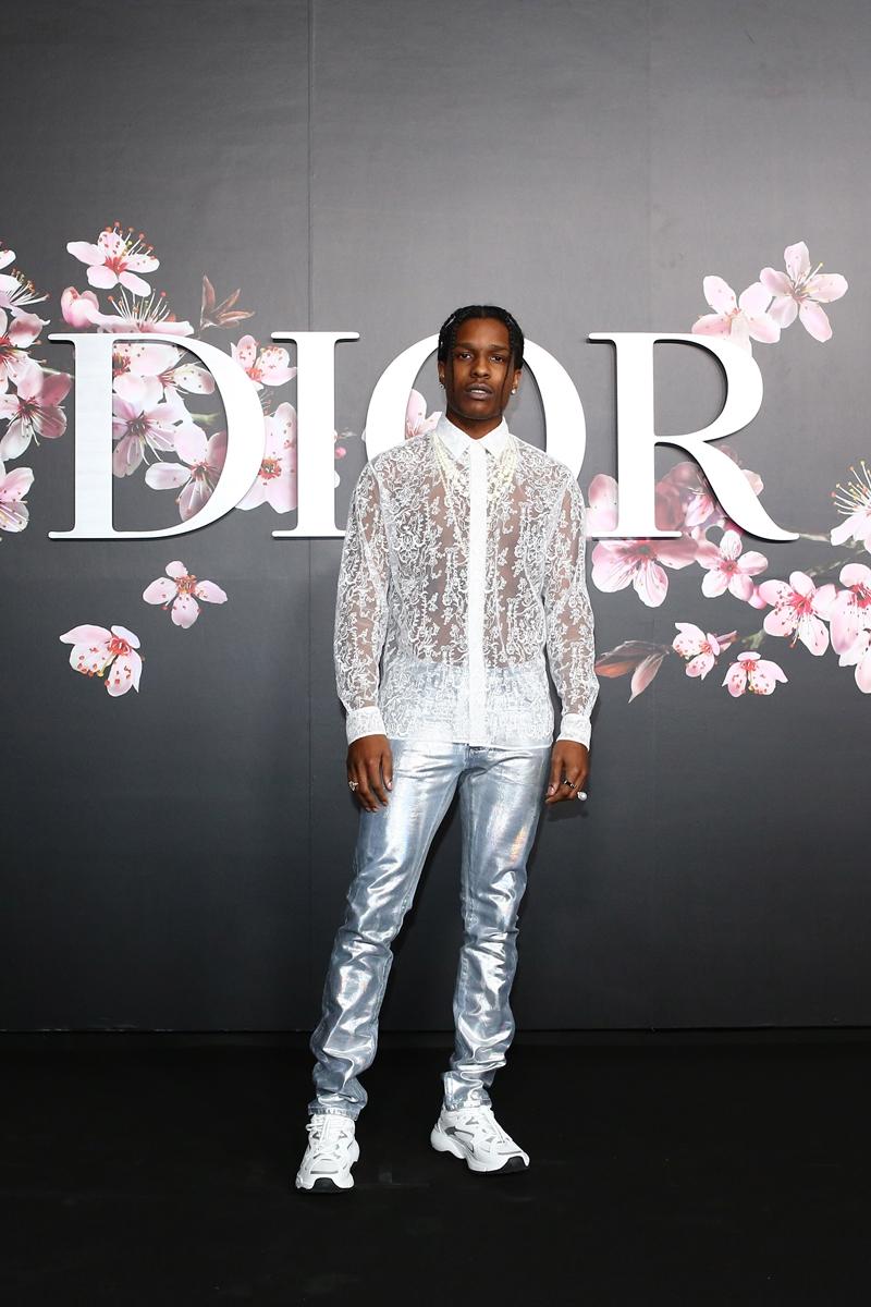 """Rapper đình đám A$AP Rocky là """"chàng thơ"""" quen thuộc của Dior Homme. Anh mặc áo sơ mi xuyên thấu với những họa tiết bay bổng từ BST Xuân Hè 2019 của Dior Homme."""