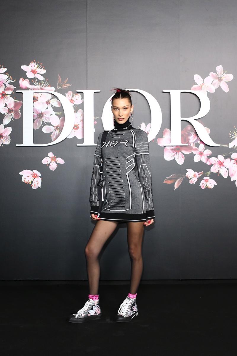 Bella Hadid mặc thiết kế đầu tiên (first look) trong show Chớm Thu 2019 của Dior Homme. Thiết kế này đã được điều chỉnh lại cho vừa vặn với số đo của Bella Hadid.