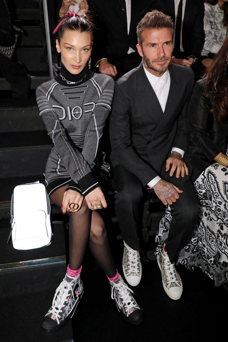 Anh ngồi hàng đầu cùng Bella Hadid.