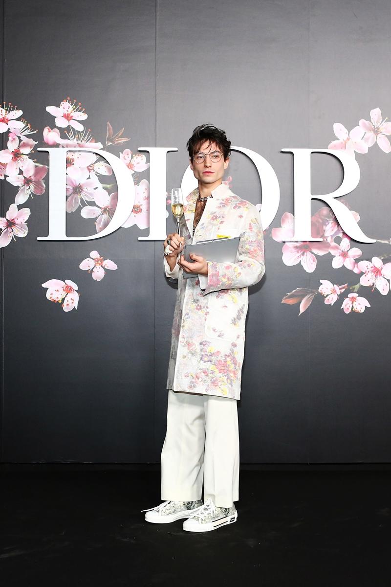 Anh chàng nổi loạn Ezra Miller hóa thân với hình ảnh lãng mạn hơn trong thiết kế của Dior Homme.