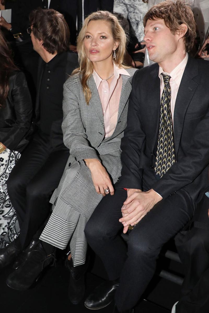 Kate Moss khéo léo phối cùng áo sơ mi hồng và giày boots cao gót để cân bằng với bộ trang phục nam tính đặc sắc.