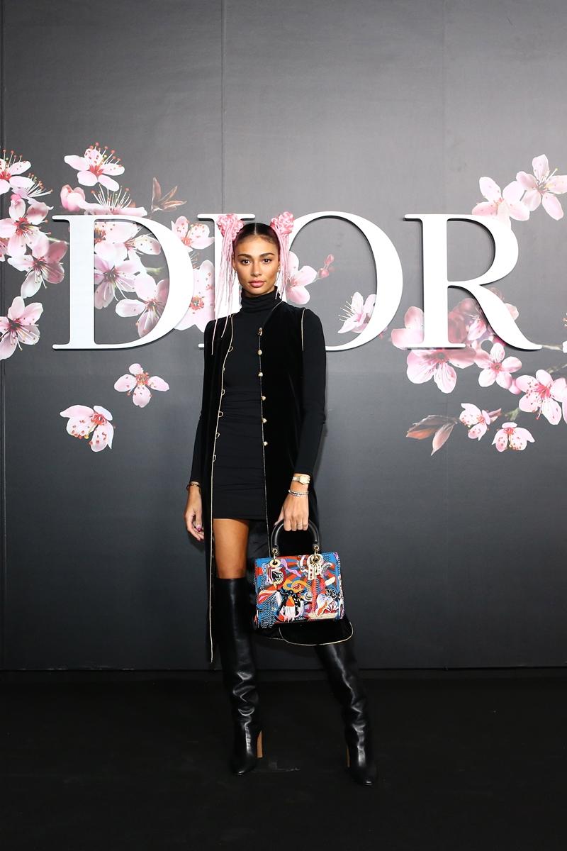 Cô nàng Kristen Noel Crawley diện tông đen toàn tập cùng túi xách Lady Dior với họa tiết nổi bật bắt mắt.