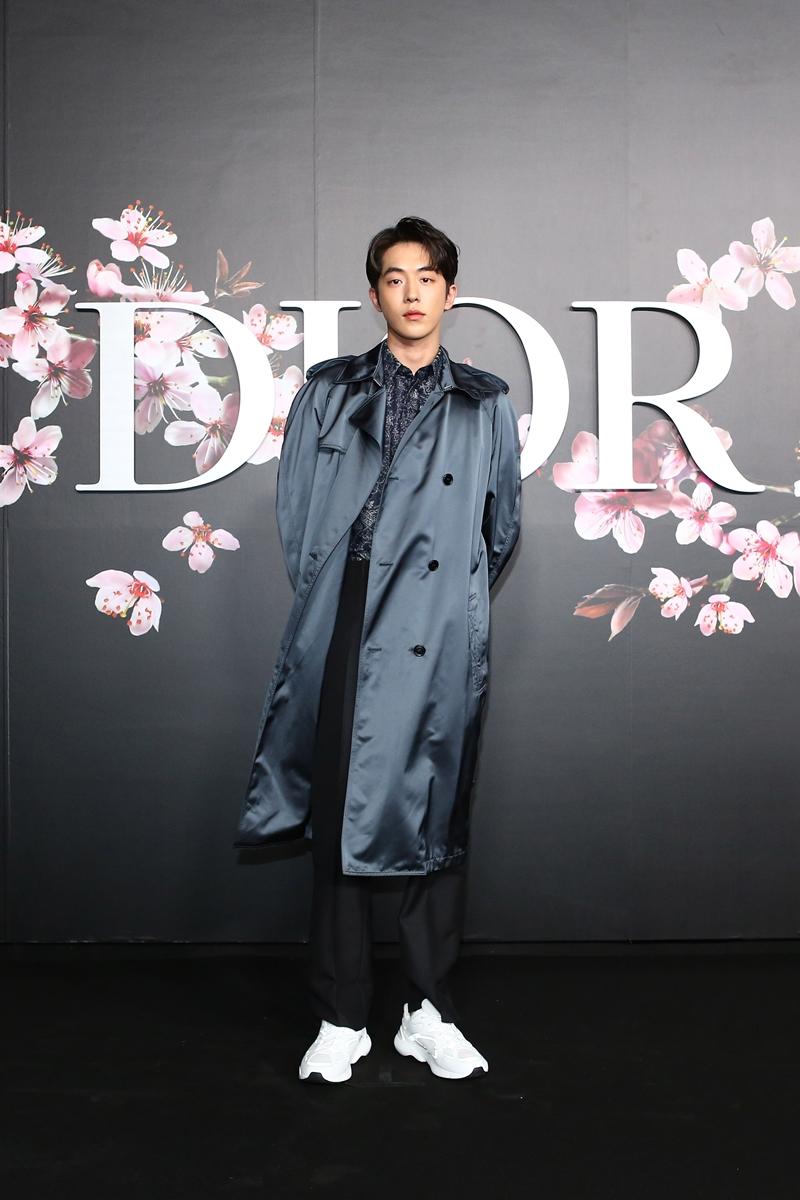 """""""Nam thần"""" xứ kim chi Nam Joo Hyuk mặc chiếc áo khoác dài bằng lụa bóng bẩy."""