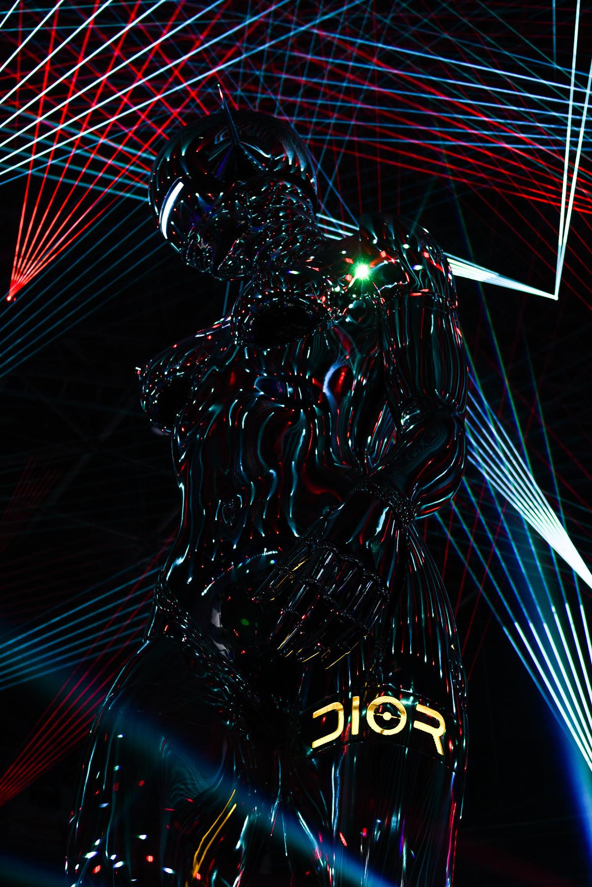 """Logo Dior được """"remix"""" theo đúng tinh thần futuristic của BST Chớm Thu 2019."""
