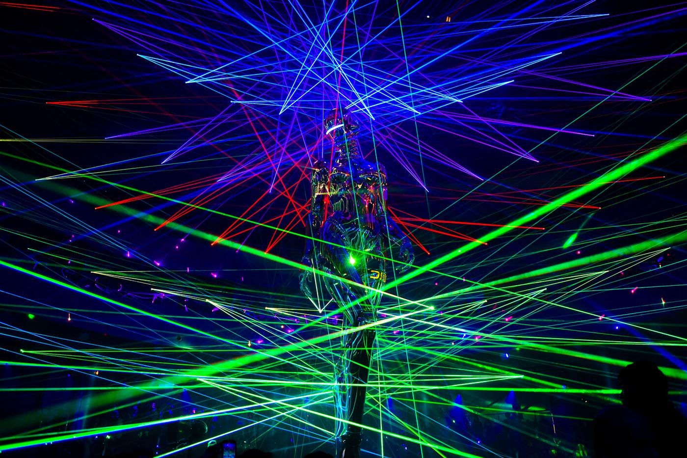 """Bức tượng nữ robot giữa những ánh đèn laser và âm nhạc điện tử từ DJ Diplo đã tạo nên một không gian hoàn hảo để NTK Kim Jones """"kể chuyện"""" BST Chớm Thu 2019."""
