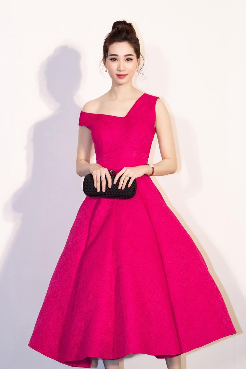 Hoa hậu Việt Nam 2012 Đặng Thu Thảo bất ngờ xuất hiện tại show diễn năm nay của NTK Đỗ Mạnh Cường.  Người đẹp vẫn trung thành với phong cách nữ tính, thanh lịch, không kém phần quyến rũ với chiếc váy xoè duyên dáng có phần cổ bất dối xứng.