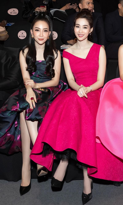 Hoa hậu Việt Nam 2014 Kỳ Duyên và Hoa hậu Việt Nam 2012 Đặng Thu Thảo ngồi hàng ghế đầu trong show Thu Đông 2018 của NTK Đỗ Mạnh Cường.