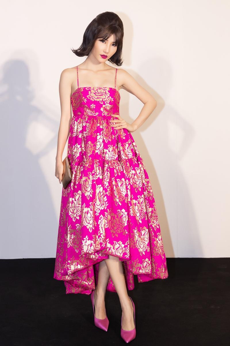 Diễm My 9X rực rỡ với chiếc váy mang họa tiết hoa màu vàng ánh kim trên nền sắc hồng. Cô chọn phụ kiện clutch, giày đồng điệu với trang phục.