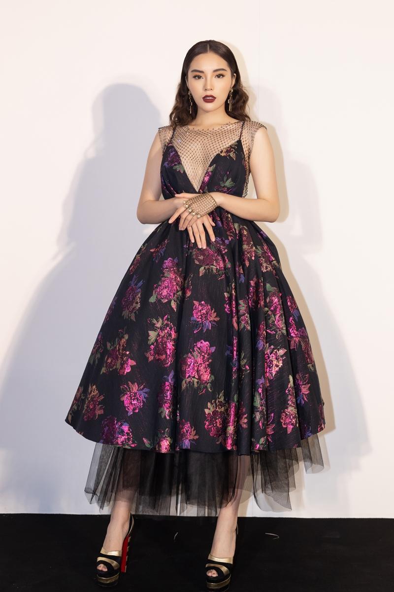 Hoa hậu Việt Nam 2014 - Kỳ Duyên chọn thiết kế dáng xoè, xẻ ngực sâu gợi cảm. Người đẹp 9X tạo nên sự cầu kỳ với áo lưới, găng tay lưới cùng giày kẻ sọc của Christian Louboutin.