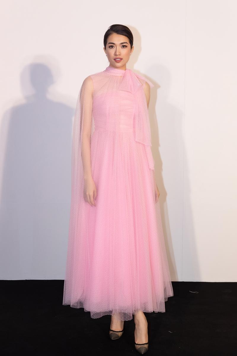 Hoa hậu Quý bà Phương Lê diện đầm suông phom rộng trên tông màu hồng nhẹ nhàng, trẻ trung.