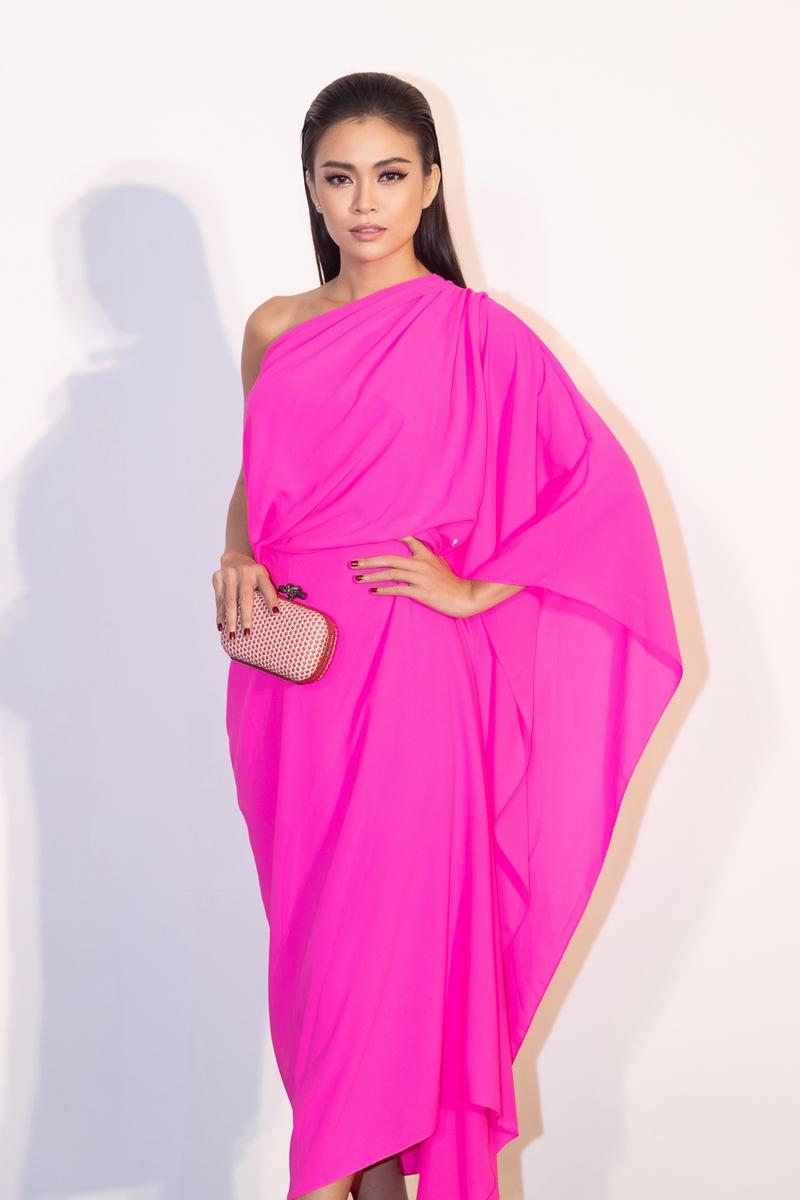 Á hậu Hoàn vũ Việt Nam 2017 - Mâu Thuỷ quyến rũ với thiết kế chéo vai mềm mại, được phối với ví cầm tay của Bottega Veneta.
