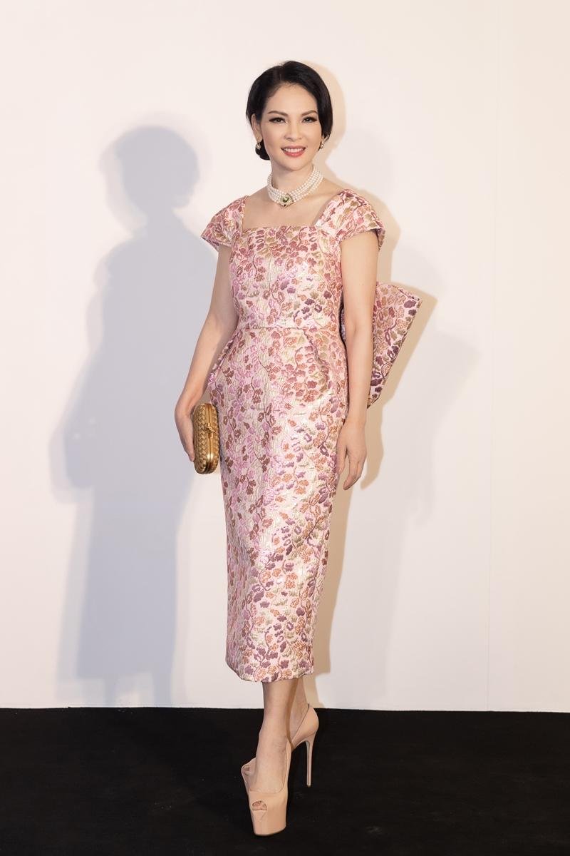 Người đẹp Thủy Hương sang trọng, quý phái với chiếc váy hoạ tiết màu hồng nhạt, có điểm nhấn thắt nơ to bản ở lưng.
