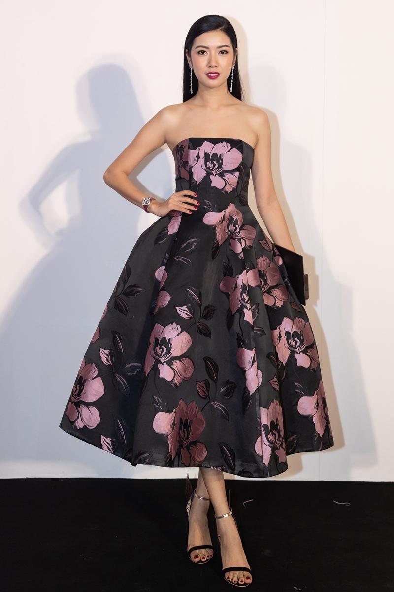 Á hậu Quốc tế 2015 - Thuý Vân sang trọng với chiếc đầm xòe cúp ngực, hoạ tiết hoa to bản. Người đẹp phối trang phục cùng sandals cao gót quai mảnh.