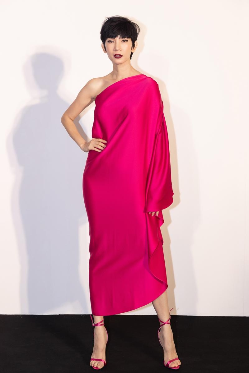 Xuân Lan chọn đầm phom rộng có cấu trúc bất đối xứng trên chất liệu lụa mềm mại với sắc hồng rực rỡ tôn lên nét quyến rũ, sang trọng cho siêu mẫu đình đám một thời.