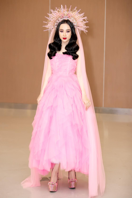 Nữ diễn viên Angela Phương Trinh xuất hiện ấn tượng trên thảm đỏ lần này của NTK Đỗ Mạnh Cường. Với bộ váy dài được tạo thành bởi những lớp vải mỏng xếp chồng lên nhau, cô nàng không ngần ngại trở thành tâm điểm của mọi người với phụ kiện đội đầu dài quét đất.