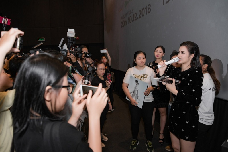 Nữ ca sĩ giao lưu với người hâm mộ và báo giới.