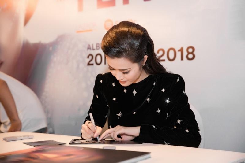 Đông Nhi ký tặng cho fan.
