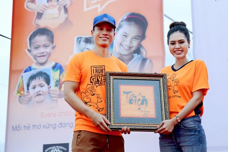 Hoa hậu Dy Khả Hân đã đấu giá thành công bức tranh chữ Thiện trị giá 15 triệu đồng. Người trao cho cô không ai khác là Nam vương Cao Xuân Tài.