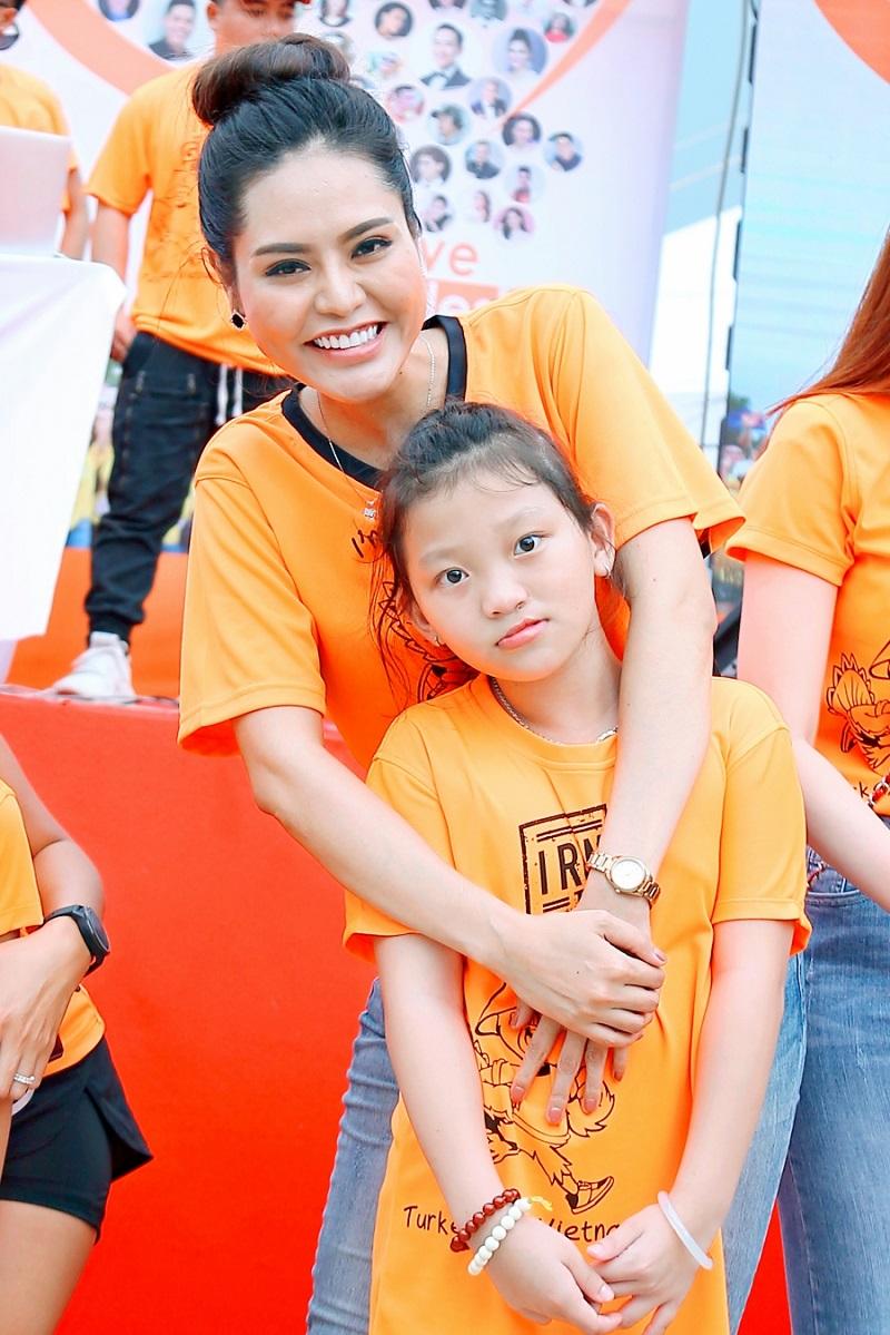 Dy Khả Hân đã có một ngày chủ nhật đầy ý nghĩa khi trở thành một phần của chương trình, chung tay giúp các bé có một cuộc sống tốt đẹp hơn.