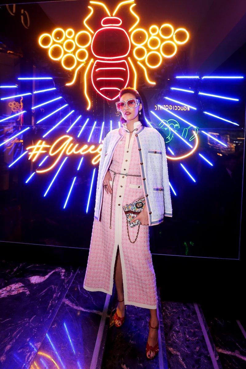 Lan Khuê diện thiết kế đầm và áo khoác tweed của Gucci. Cô xách túi da rắn điểm xuyết những bông hoa và logo GG của Gucci.