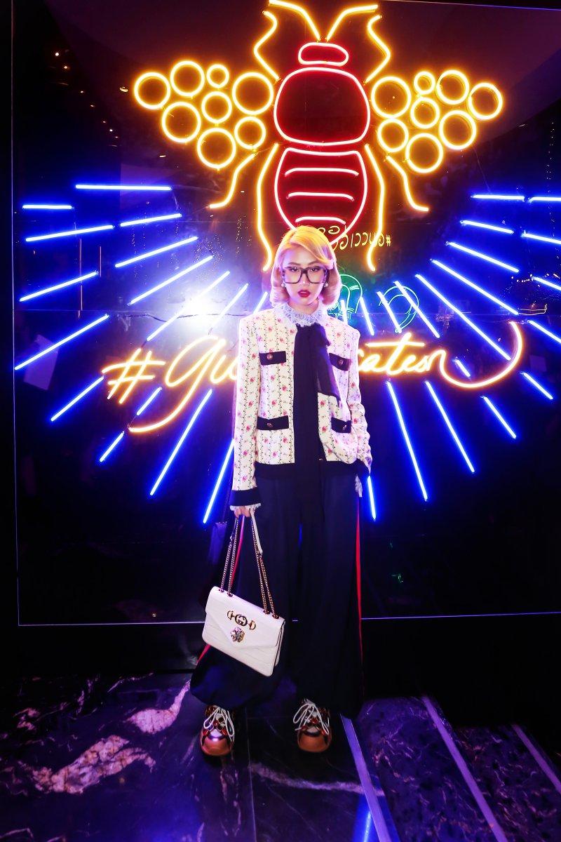 Quỳnh Anh Shyn cũng chọn hình ảnh quý cô cổ điển với áo khoác tweed trắng đồng điệu với túi Rajah trắng của Gucci.