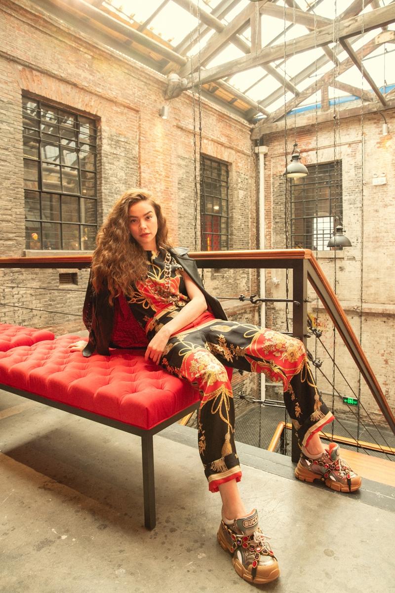 """Phụ kiện đắt giá khác không thể không nhắc đến là đôi giày Flashtrek """"hot hit"""" của Gucci."""