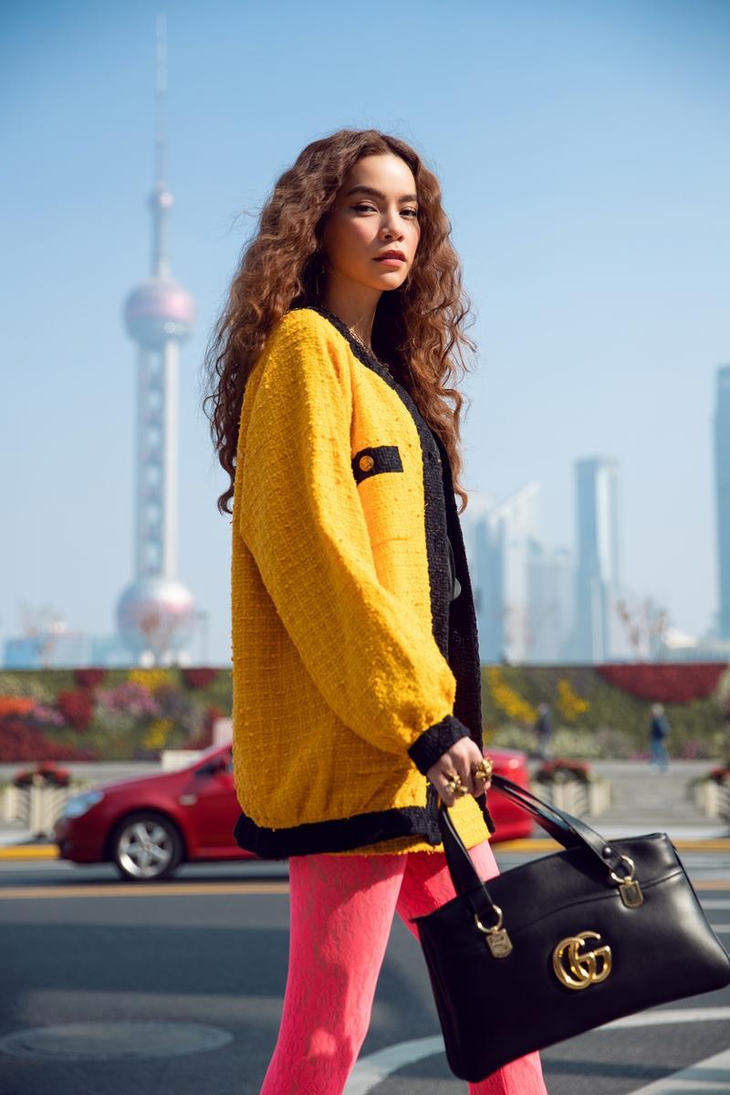 Tiêu điểm của bộ cánh này là chiếc túi xách Arli cỡ lớn bằng chất liệu da mềm mại cùng logo Gucci.