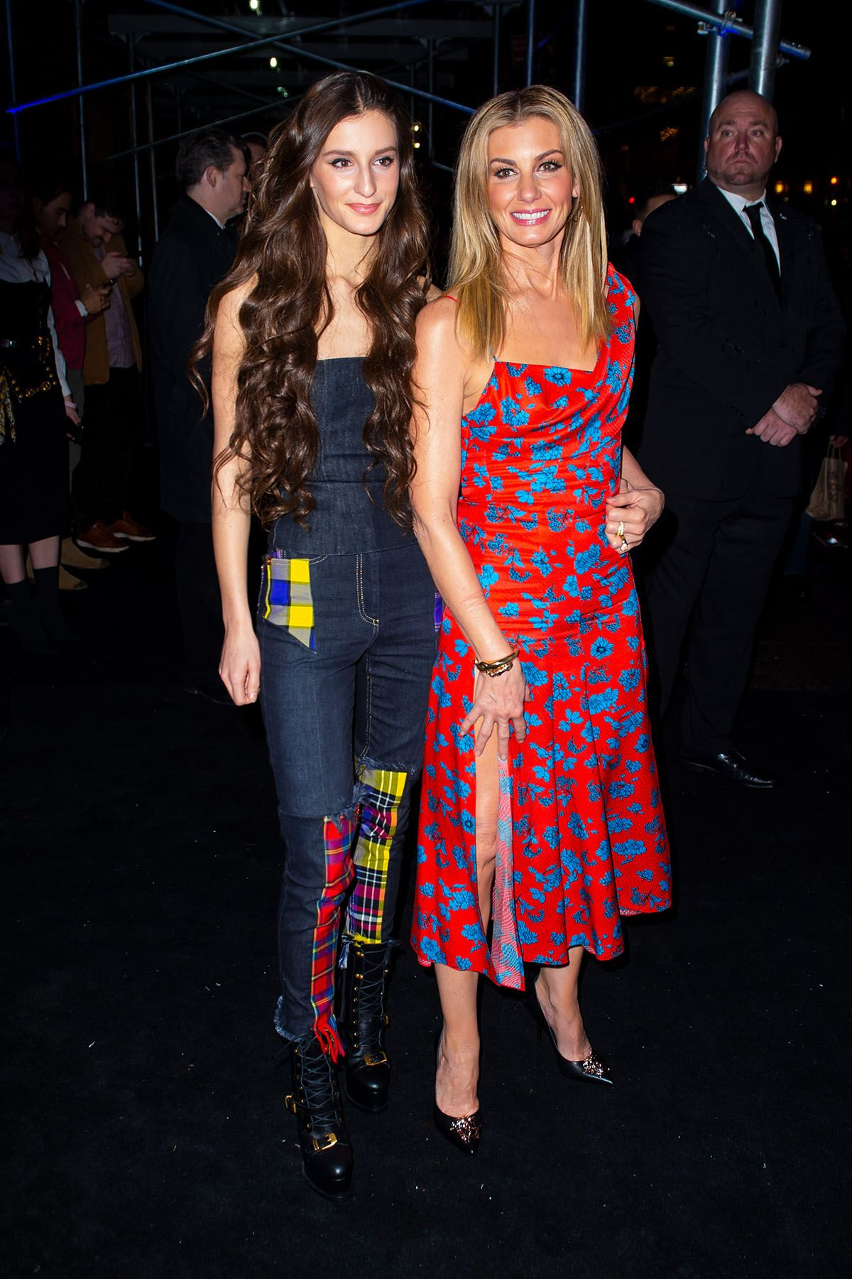 Nữ ca sĩ nhạc đồng quê người Mỹ Faith Hill (phải) bất ngờ xuất hiện cùng cô con gái xinh đẹp tại show diễn của Versace.
