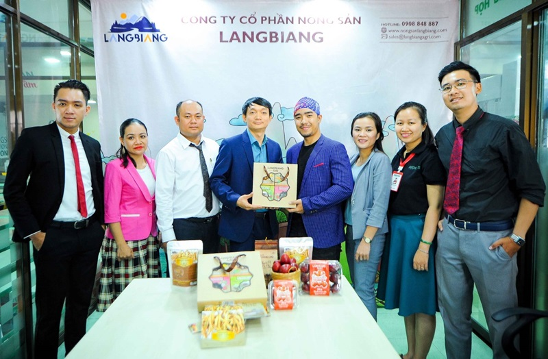 Ông Trần Lâm Thắng – PTGĐ Công ty Nông sản LangBiang trao hộp quà Tết cho đạo diễn Y Lâm Đăng Bing.