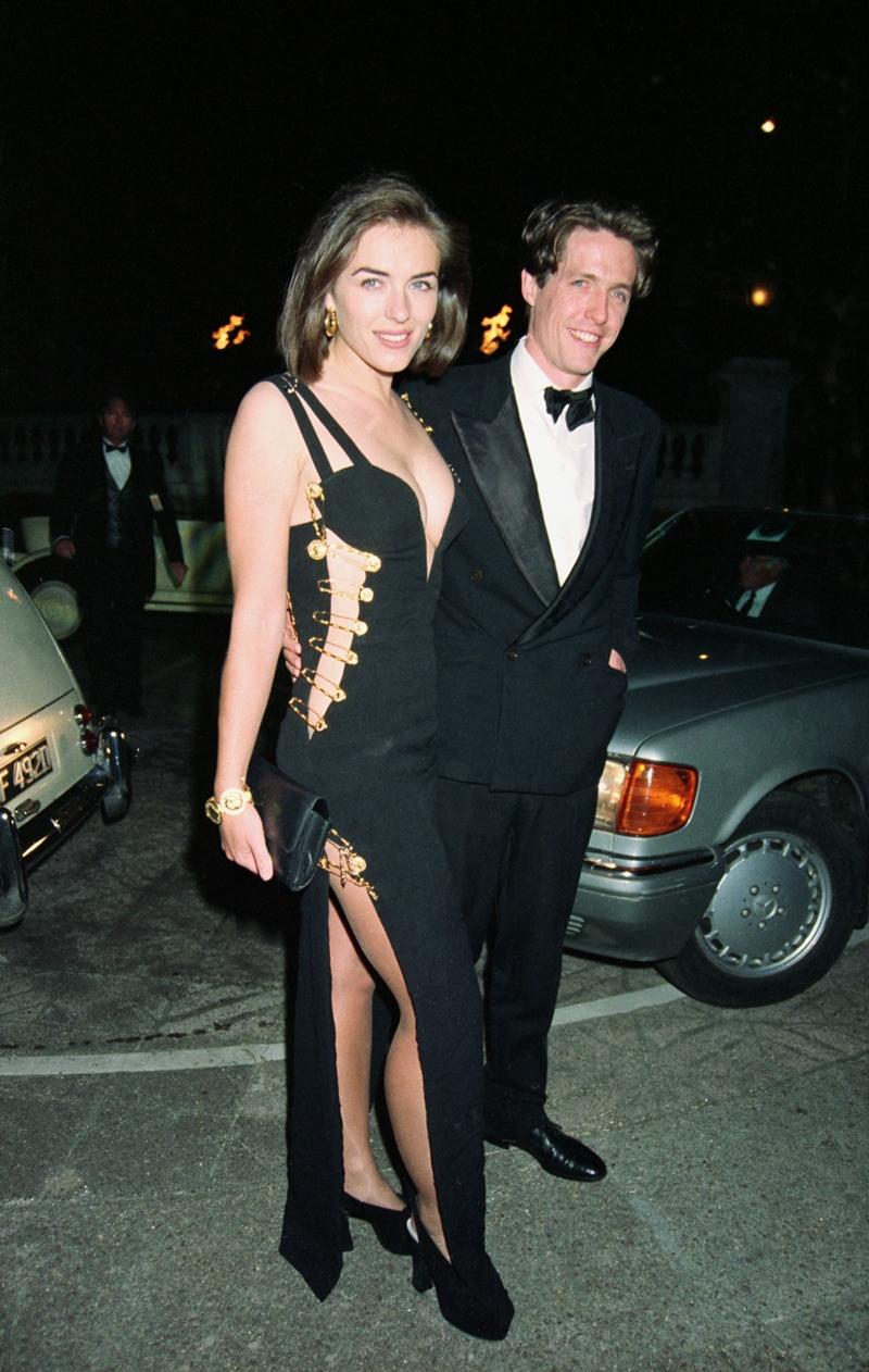 """Nguyên bản thiết kế """"pin dress"""" do nữ diễn viên Elizabeth Hurley mặc năm 1994."""