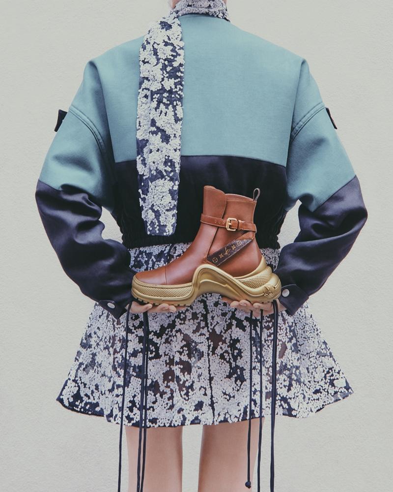 Phiên bản boots da cao cổ có quai cài.