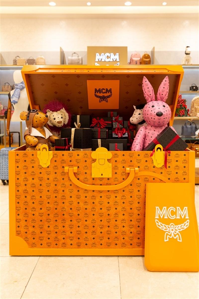 Chiếc ruơnog khổng lồ của MCM với những món quà là các thiết kế tiêu biểu của thương hiệu.