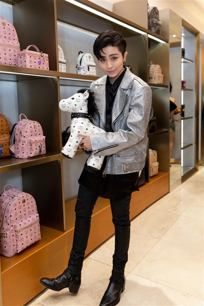 Cũng chọn phong cách ánh kim lấp lánh, Gil Lê nổi bật trong thiết kế áo jacket phối cùng tổng thể all-black.