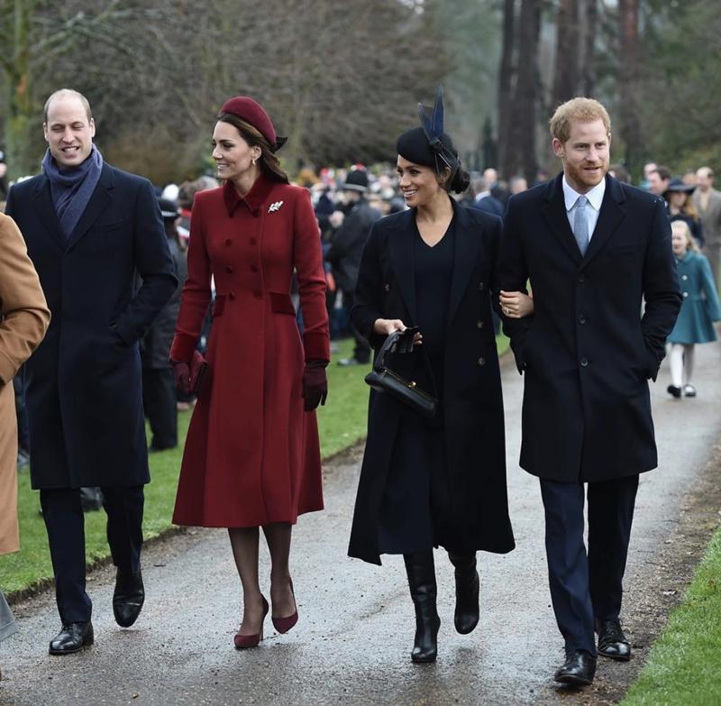 Công nương xứ Sussex Meghan Markle mặc trang phục của NTK Victoria Beckham khi đi lễ nhà thờ cùng chồng và anh chồng, chị dâu trong ngày Giáng sinh vừa qua.