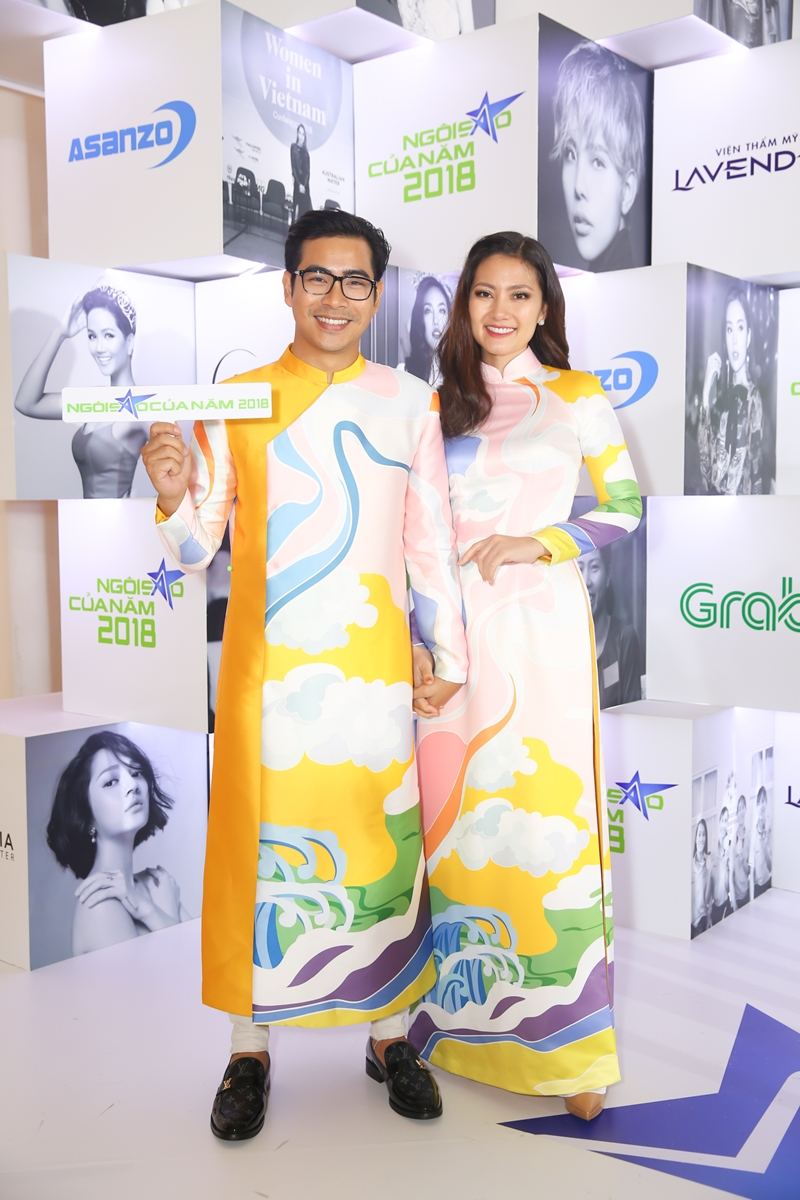 Vợ chồng diễn viên Thanh Bình - Ngọc Lan tông xuyệt tông trong áo dài vàng cùng nhau đến tham dự sự kiện