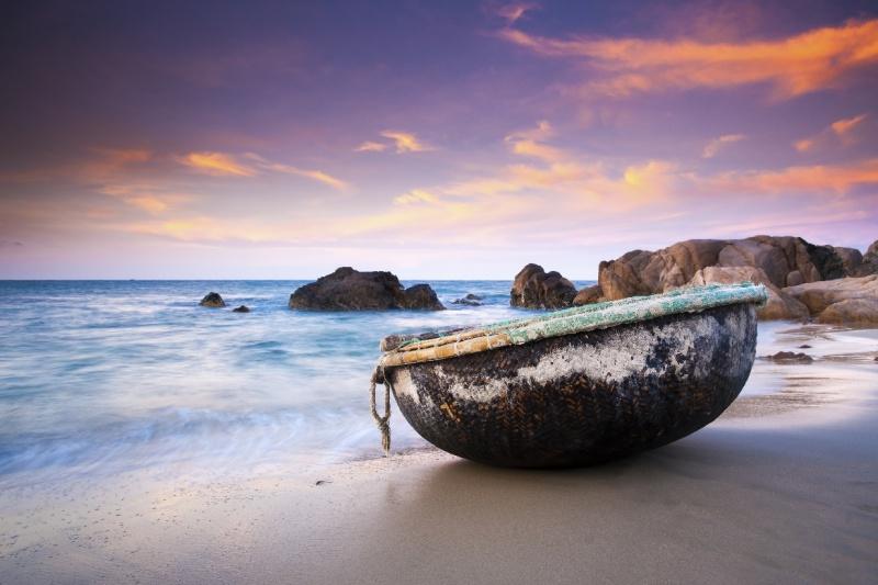 Một vài thông tin thêm cho bạn đó là bãi biển Cổ Thạch nằm ở địa phận huyện Tuy Phong, cách thành phố 100km, cách thành phố Hồ Chí Minh 300km. Mách nước nhỏ là mùa đẹp nhất của Cổ Thạch chính là tháng 3, lúc rêu xanh bám khắp các hòn đá to nhỏ, đẹp mê ly!