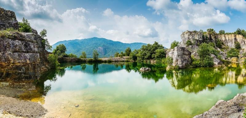 Bỏ nhỏ cho bạn nếu có dịp ghé đến An Giang, đó là vùng đất này cũng có một địa điểm check-in cực đẹp không thua Tuyệt tình cốc (Đà Lạt) chính là Núi hồ Ta Pạ, vừa có núi nhấp nhô, lại ôm lấy một lòng hồ xanh trong vắt mê hoặc.