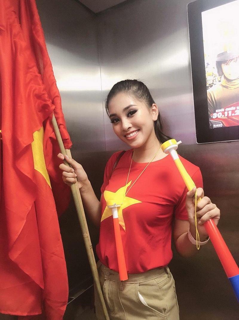 Hoa hậu Tiểu Vy giản dị với áo thun, cờ đỏ sao vàng và kèn cổ vũ