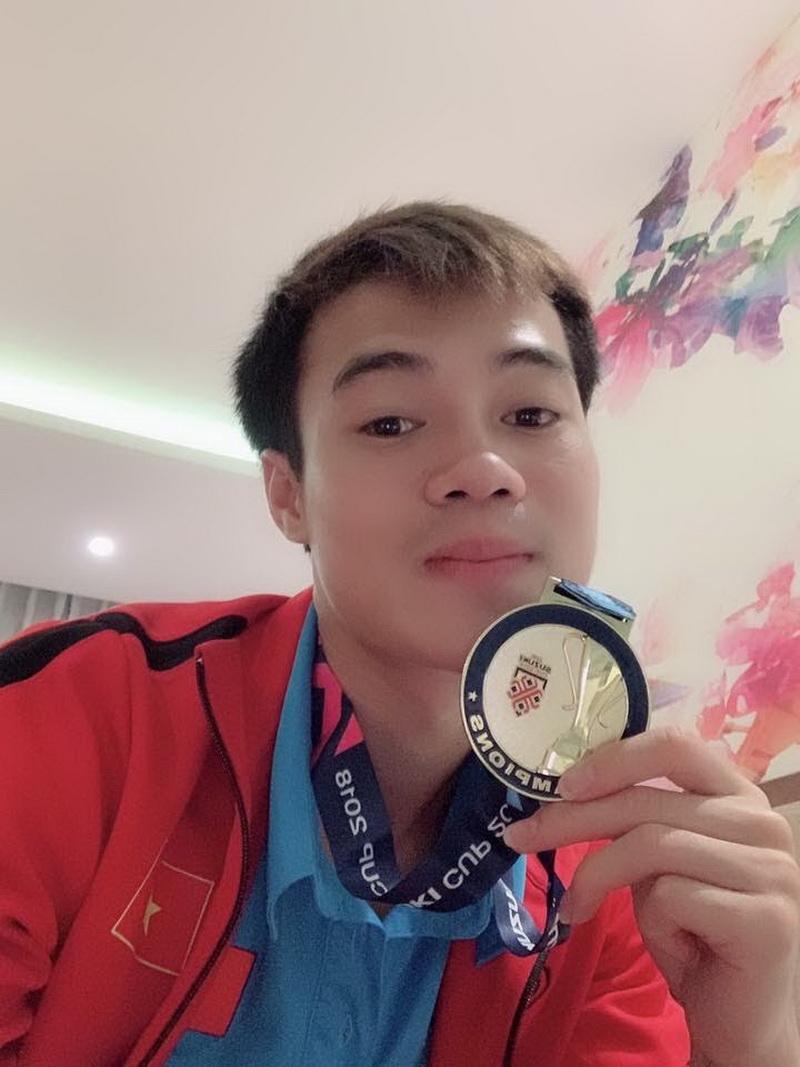 Văn Toàn nhẹ nhàng selfie cùng huy chương, có vẻ tinh thần của chàng cầu thủ cũng đá khá hơn khi hòa cùng niềm vui chiến thắng cùng đồng đội.