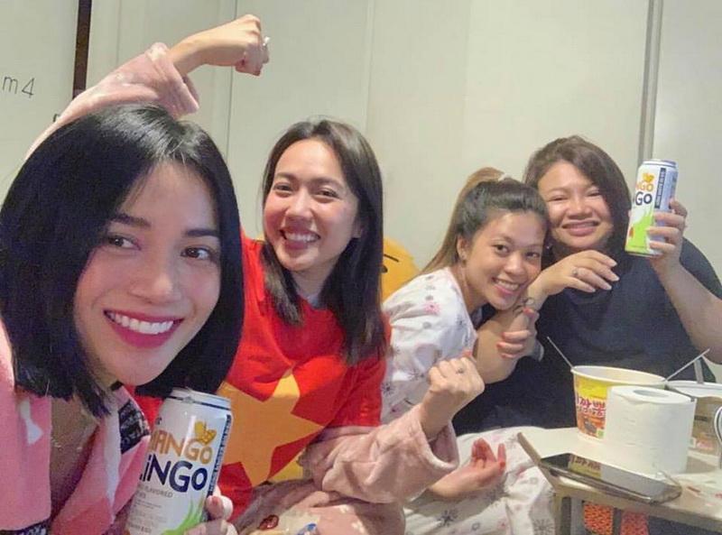 Trong khi đó, vì đang ở tít xứ sở Kim chi, Sĩ Thanh và Diệu Nhi chỉ có thể tổ chức tiệc mừng như thế này...