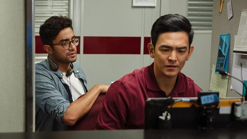 """John Cho và Aneesh Chaganty trên phim trường """"Searching""""."""
