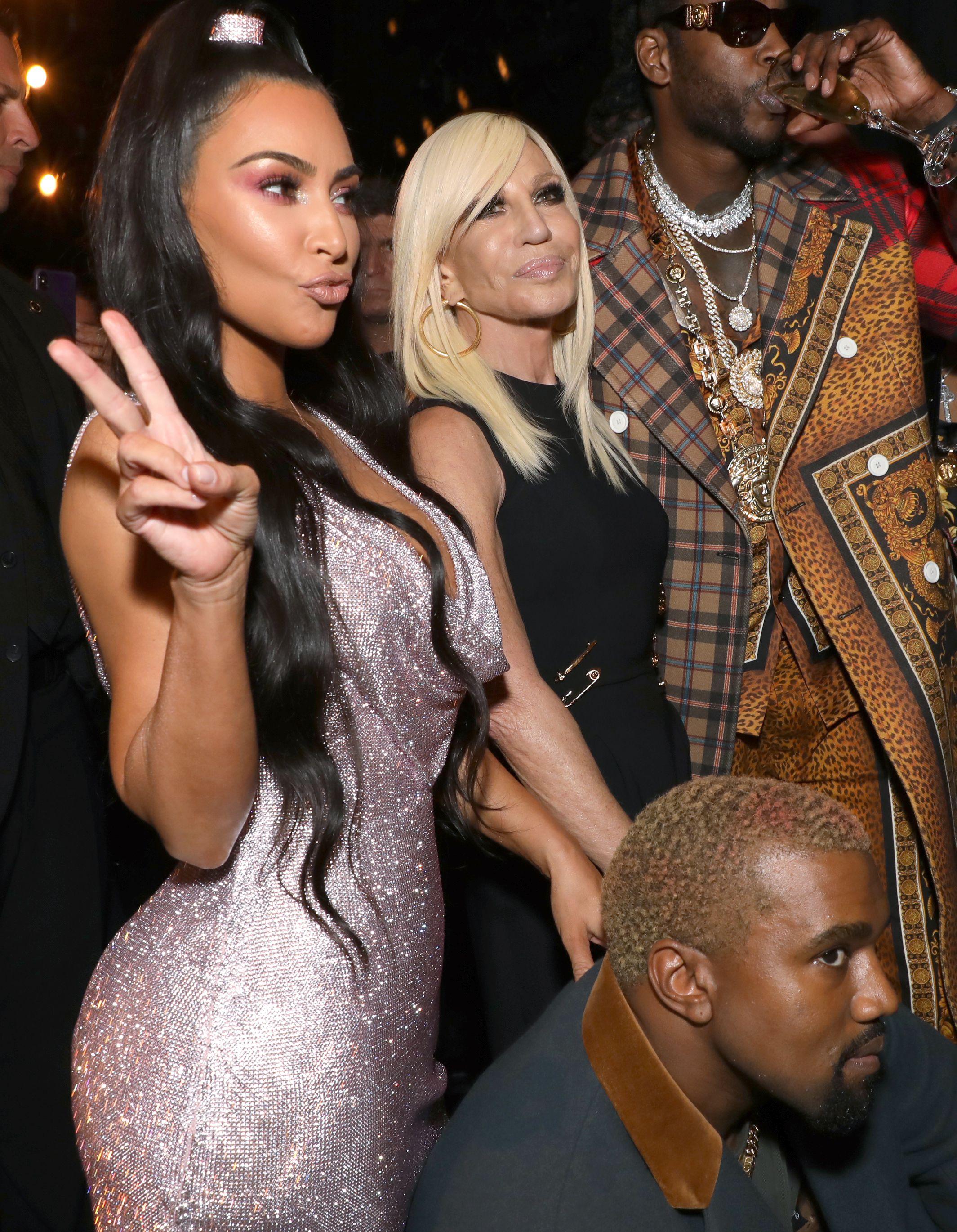 Hai vợ chồng và rapper 2 Chainz chụp hình cùng NTK Donatella Versace.