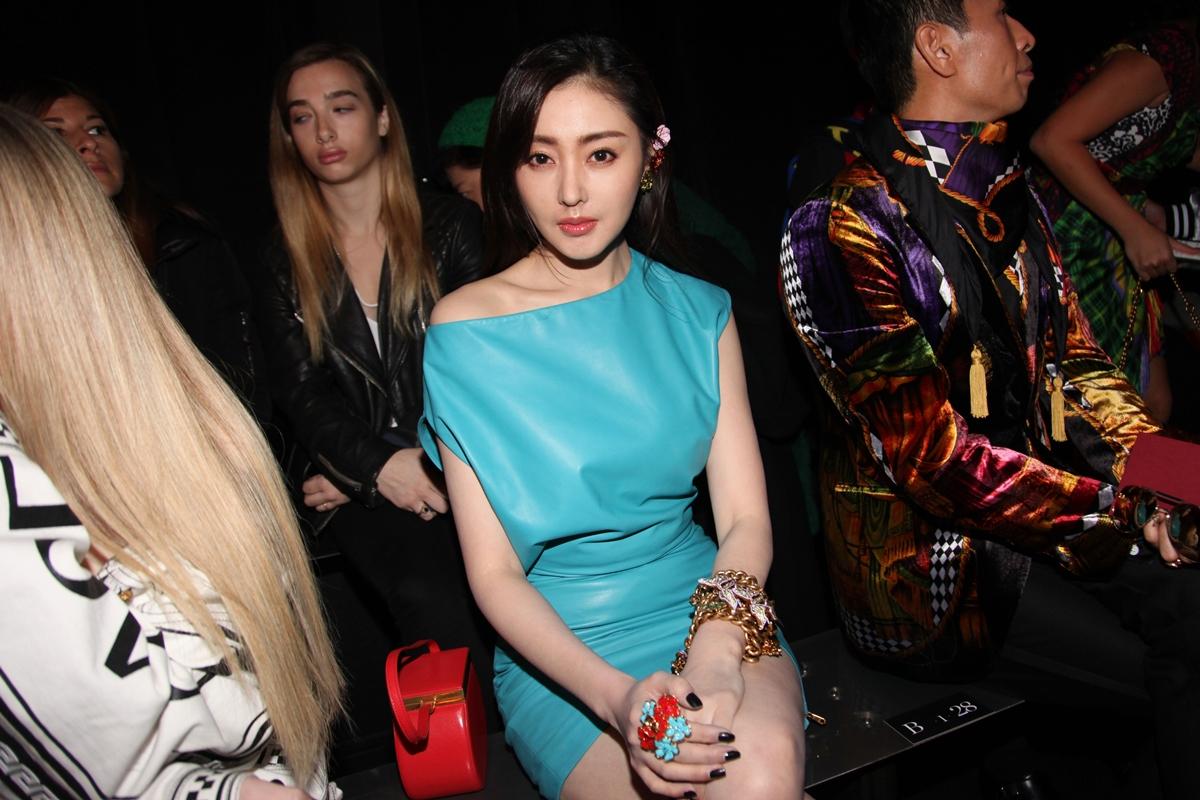 Kang So Ra yêu kiều trong thiết kế đầm xanh ngọc lam (turquoise) cùng những phụ kiện nhiều màu sắc.