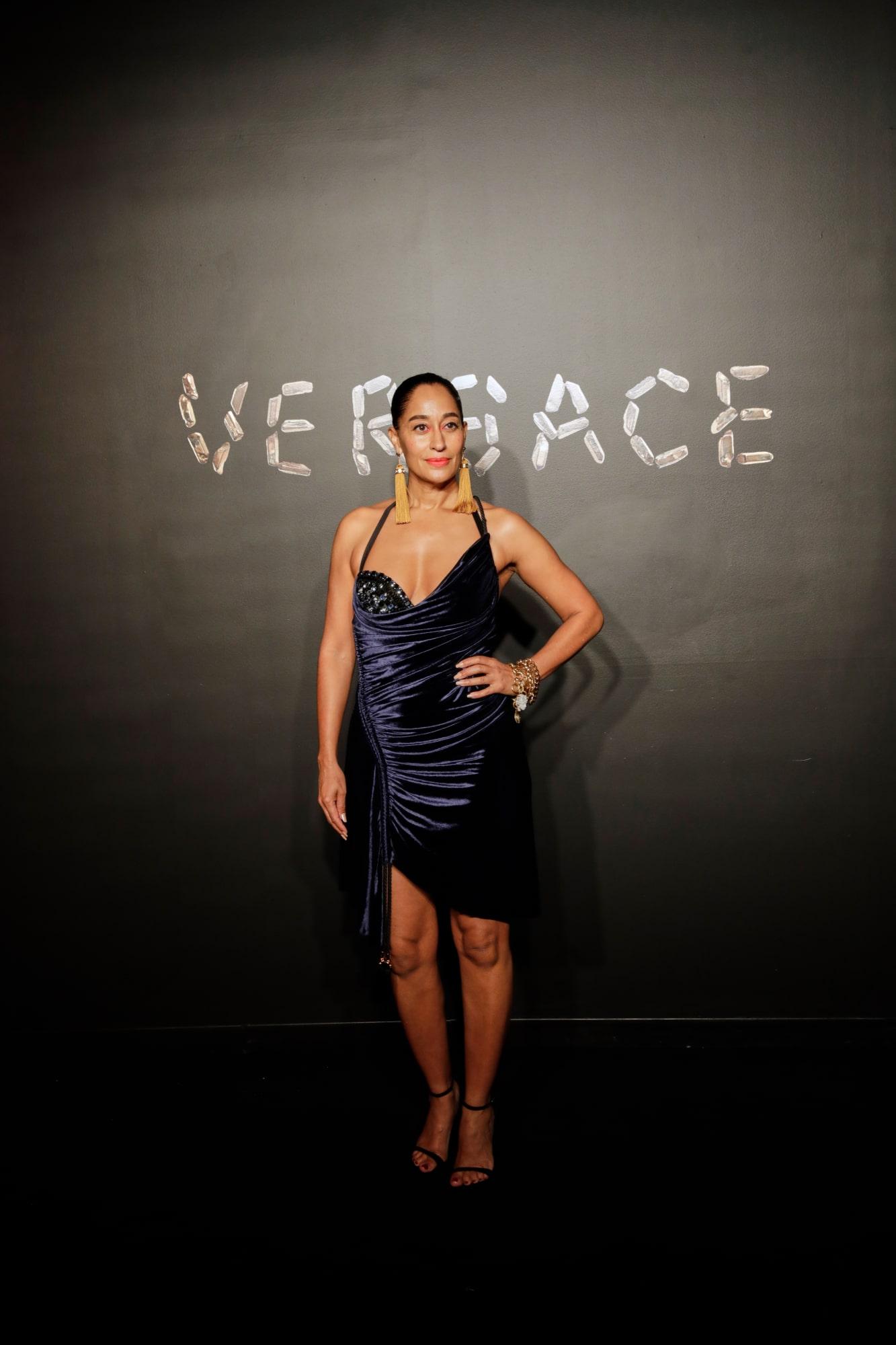 Tracee Ellis Ross tự tin khoe dáng trong thiết kế đầm gợi cảm của Versace.