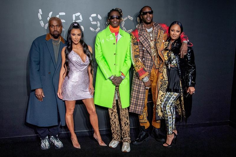 Kanye West, Kim Kardashian West cùng rapper Young Thug, rapper 2 Chainz và Kesha Ward trên thảm đỏ trước giờ diễn ra show diễn BST Thu 2019 của Versace.