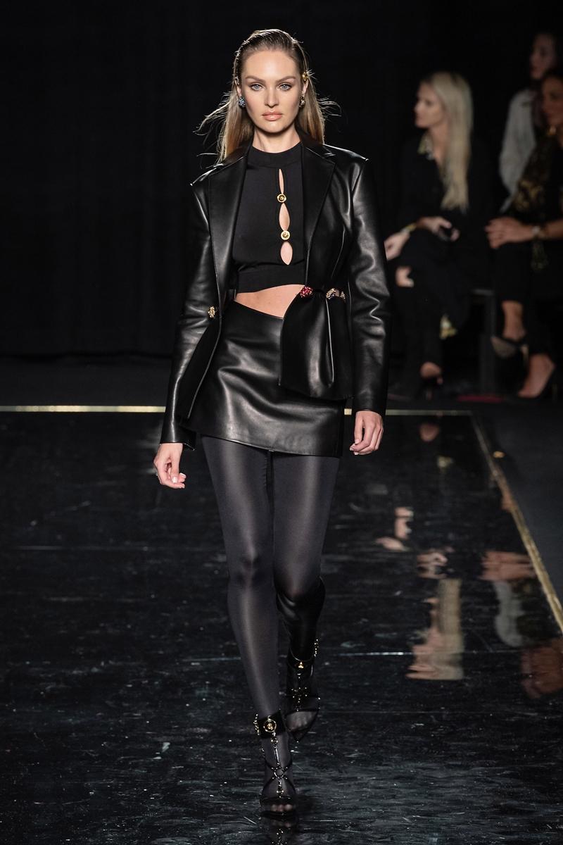 Sau 5 tháng sinh em bé, Candice Swanepoel nhanh chóng lấy lại vóc dáng chuẩn và tự tin sải bước trong show của Versace.