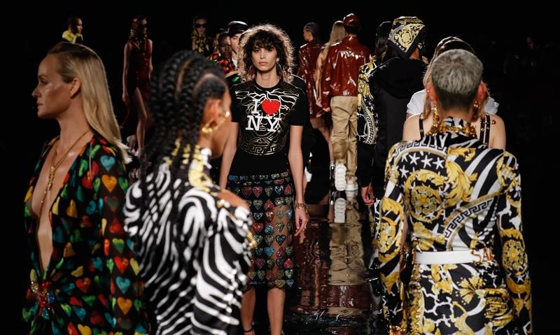 Show diễn ra mắt BST Chớm Thu 2019 là show diễn Chớm Thu đầu tiên của Versace được tổ chức tại New York, Mỹ.